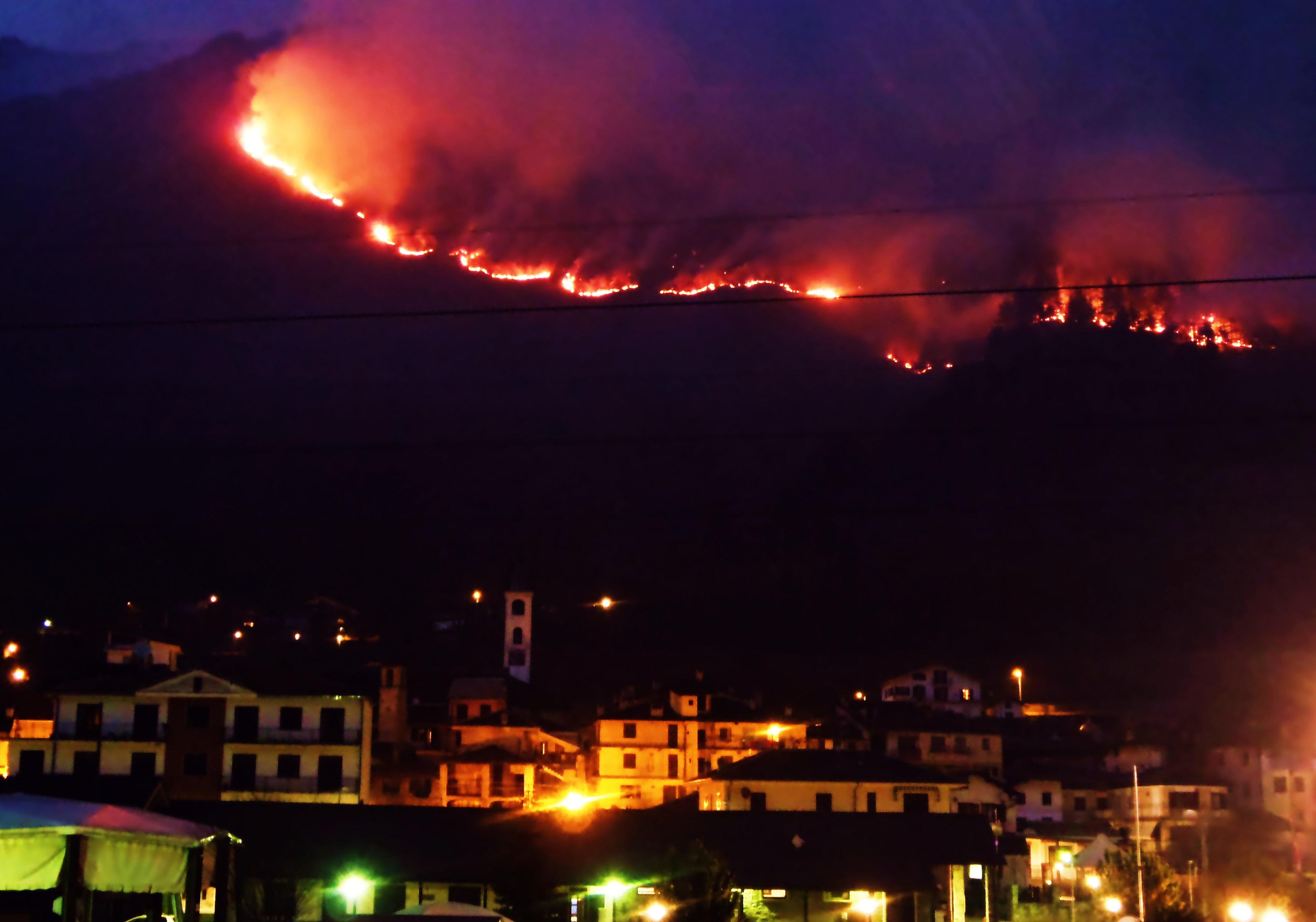 VALLE ORCO - L'incendio sopra il capoluogo di LOCANA